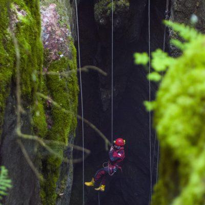 """9.luk: <em><a href=""""//www.instagram.com/emre.c.guzel"""">Emre Güzel</a></em>, Senenin son MKK kurtarma çalıştayında Erdi mağaradan çıkıyor. (Kapaklı Kuylucu, İlk İniş - Erdi Şencan) Nikon D80, Nikon 50 mm. f/1.8, 1/60 s, f/2.8"""